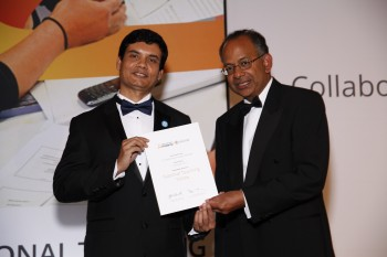 Dr Hasan Shaheed receiving his award from Professor Rama Thirunamachandran.