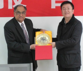 Dr Vepa (left) receives the award from Dr Yabin Wang from BIT